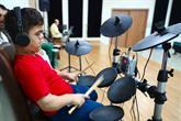 Sokakta Yoğurt Kovasıyla Müzik Yapıyordu Engelliler Sarayı'nda Baterist Oldu